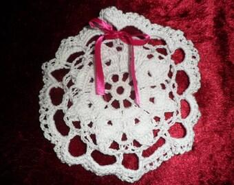 petit sac à dragées au crochet en coton blanc