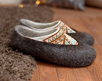 Felted slippers- woman wool slippers- boho slippers- home shoes- wool clogs- black wool slippers- slippers- Christmas gift for her