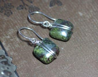 Moos Ohrringe Dragon Blut Jasper Silber Draht umwickelt grüne Edelstein Ohrringe Sterling Silber Ohrringe rustikal Schmuck