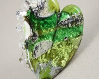 1 Fire in my heart tab bead with ruffle, green, 44 mm x 31 mm, 1 mm hole (Item 18044)