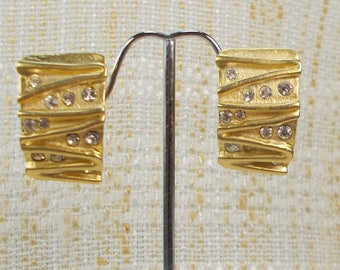 Classic 1980s Retro Norma Jean Rhinestone and Matte Gold Finish Abstract Clip Earrings  3200
