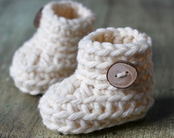 "Sale! PDF Crochet PATTERN for beginners - Baby Booties. Quick and easy. Size 0-3 months (foot length = 3""). Written in US terms."