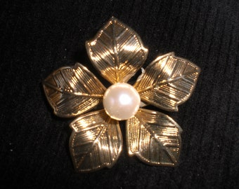 Vintage 1960s Gold Tone Flower With Pearl Petals Lightweight Simple Dainty