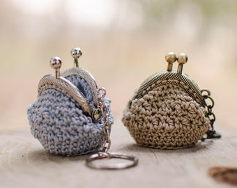 """Keychain Click-Crochet Clac with lavender flowers, """"Bottondoro"""" pattern"""