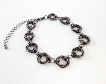 Chaimaille bracelet 'Isaure' - Mobius knots, gun metal chainmaille rings, chain and link, statement bracelet, boho chic - Handmade jewelry
