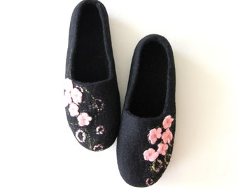Women felted slippers, houseshoes, valenki, wool felt clogs, black slippers with pale pink flowers, warm house shoes, bedroom slippers clogs