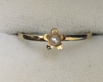Pretty 9ct gold pearl flower ring