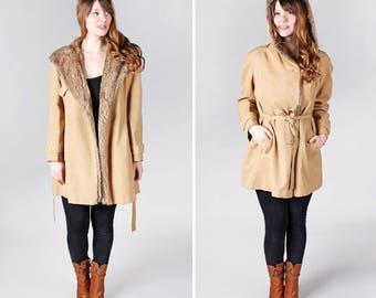Manteau vintage des années 1970 en Wrap fausse fourrure - Tan hiver Veste Vegan doublure Wrap marron 70 ' s vêtements femmes dames - Taille Medium ou Large