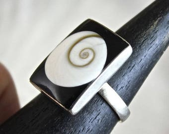 """""""Eye of saint Lucia"""" shell and silver ring"""