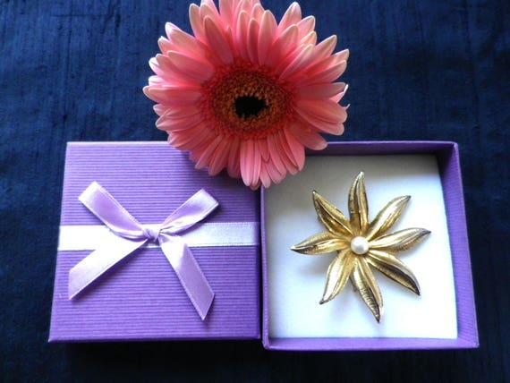 Gold tone star shaped floral brooch with faux pearl centre, Sarah Coventry