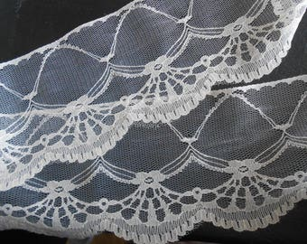 Vintage coupon 2 meters 1990s ivory finely perforated 11.50 cm wide polyester lace.