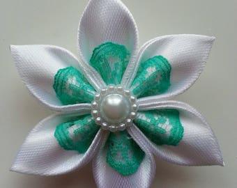 5 cm fleur blanche  et dentelle verte  petales pointus