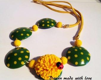 Collana solare con fiore giallo