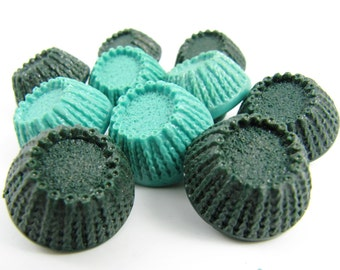 Vintage buttons - Lot of 10 Vintage 2 Tones of Green Plastic Buttons *** P-125
