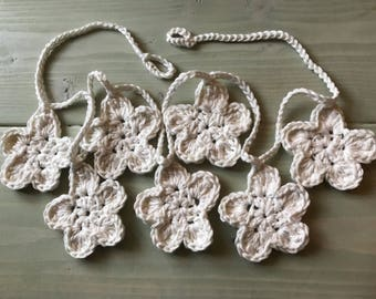 Garland of crocheted flowers, white