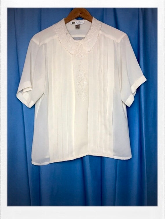 "Vintage Women's Pretty Blouse with Embroidered Detail and Placket Size 8 Medium 20"" Width 25"" Length"