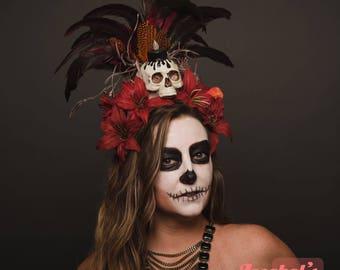 Gris Gris Voodoo roten Schädel Kopfstück Juju Hatian Hohepriesterin Feder Kopfschmuck schwarze Kerze Feuer Flamme Kostüm Schamane Kannibalen Dschungel