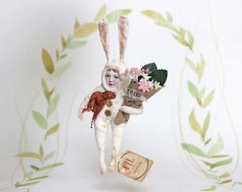 Nostalgisches Hasenkind mit Blumenstrauss Wattefigur Hase Ornament von FilASophie im Vintage Stil
