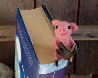 Piglet bookmark, sweet pig gift. book lovers gift, felt bookmark, woolen bookmark, needle felting pig, pink piglet, book worms gift felt pig
