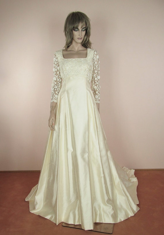 80\'s Vintage Wedding Dress with Train Elegant ivory