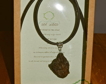 Necklace with pendant of wood [V]