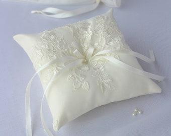 Ring pillow/ Wedding ring pillow/ Ring Bearer/ ivory ring pillow/ Ring pillow with flowers