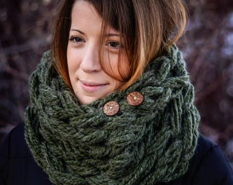 Single wrap chunky arm knit scarf w/ coconut hull buttons in hunter green