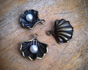 1 - Pearl Clam Shell Charms Antique Bronze Vintage Style Shells Pearls Pendant Charm Jewelry Supplies (AT209)