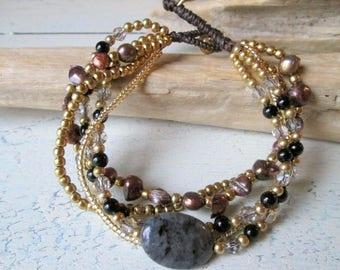 Armband*Perlenarmband mit Süßwasserperlen*Hippie Boho Look*Kristallperlen*Perlen*Macramee