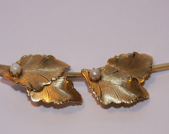 Beautiful goldtone leaf brooch/pin with faux pearls