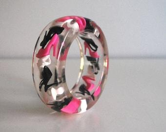 Barbie Shoes Bracelet, 1970s Lucite Bracelet, Vintage Chunky Bangle, Doll High Heel Shoe Jewelry, Black White Hot Pink, Kawaii Jewelry