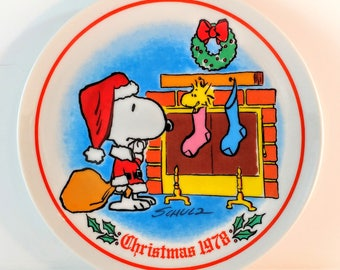 1978 Schmid Collectible Peanuts Christmas Plate. Snoopy and Woodstock by Fireplace and Stockings. Charles Schulz. Retro Holiday Decor & Gift