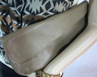 70s Tan LEATHER CLUTCH