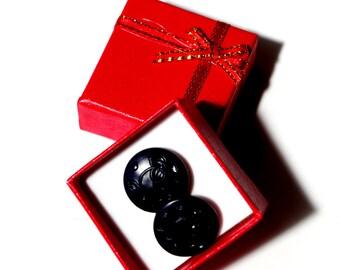 Boutons de manchettes composés de cabochons vintage en verre de couleur noir de 18 mm.