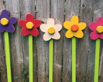 Garden Decor Flower Yard Stake, Wooden Flower Yard Stake Farmhouse Rustic Antiqued Wooden Flowers for Yard and Garden Mother's Day