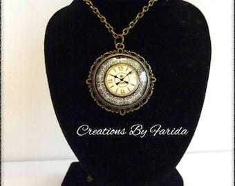 Necklace / sautoir represententant clock cabochon