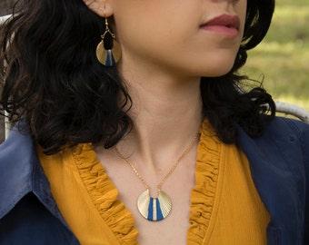 Collier ANKAA - Doré à l'or fin, estampe ronde, aztèque, tissage bleu roi