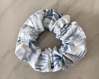 Morpheus-scrunchie hair Scrunchie Hair elastic band Hair Tie - Ponytail elastic accessory at cheveux-bleu-blue-feuilles-leaves-blanc-white
