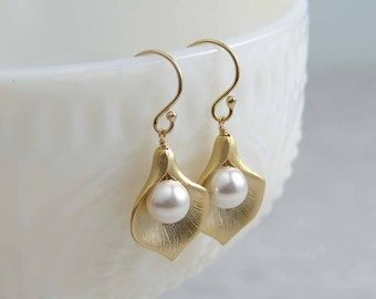 Gold Calla Lily Earrings ~ Calla Lilly with White Pearl ~ Calla Lily Flower ~ Bridesmaid Earrings ~ Gift for Her ~ Pearl Earrings