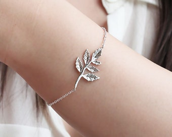 Pretty Leaf Bracelet, Simple Gold or SIlver Bracelet, Everyday Jewelry, Gift for her