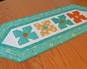 Quilted table runner, Spring table runner, Summer table runner, Floral table runner, Flowered table runner, Modern table runner, Mothers Day