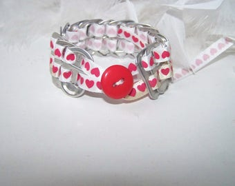 Bracelet tongues red and white with ribbon motive small hearts