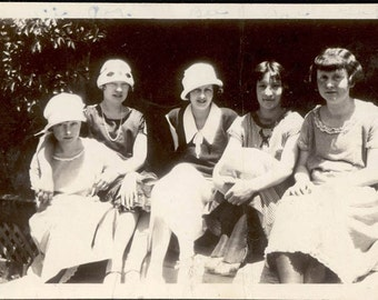 vintage photo 1931 Flapper ERa young ladies Affectionate Sit on Bench cloche Hats