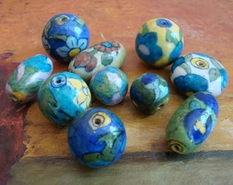 Vintage Handmade Spanisch Tonperlen, 1960er Jahre spanische Keramik, eine Gruppe von 10 einzigartigen Perlen, von Hand bemalt, Blumen in rosa, grün, blau, gelb