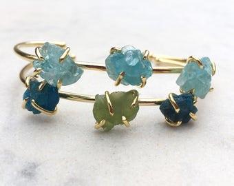 Raw stone bangle, rough apatite & peridot bracelet, crystal stone bangle, 24K gold plated brass armband, blue green gemstone cuff boho chic