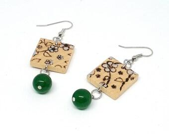 Orecchini in legno e pietre dure, con perle di giada verde, disegnati a mano, pirografati a mano, regalo amante dei fiori, festa della mamma