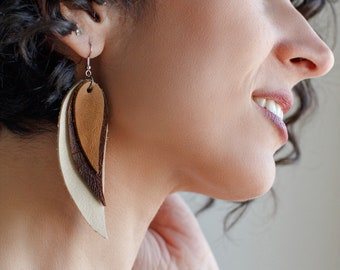 Cream, brown and beige Feather Earrings decorated with chains, Leather Feather Earrings, Boho chic, bohemian, fringe earrings, long earrings