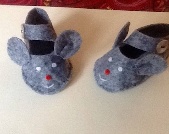 Felt baby booties little grey mouse.