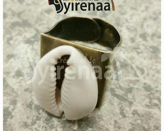 Bronze color ring ring with large cowrie