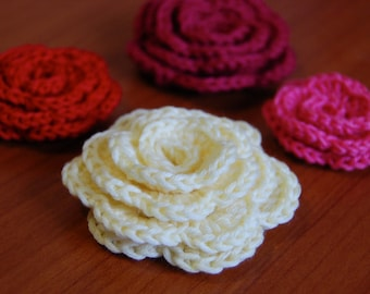 Crochet pattern roses in 3 different sizes with different sizes of flower petals